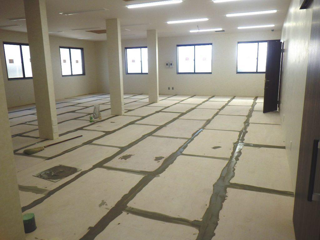 工事も終盤! パテを塗って、床を平らにしました。