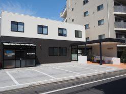 閑静な住宅街に、シンプルモダンの整形外科の新築工事