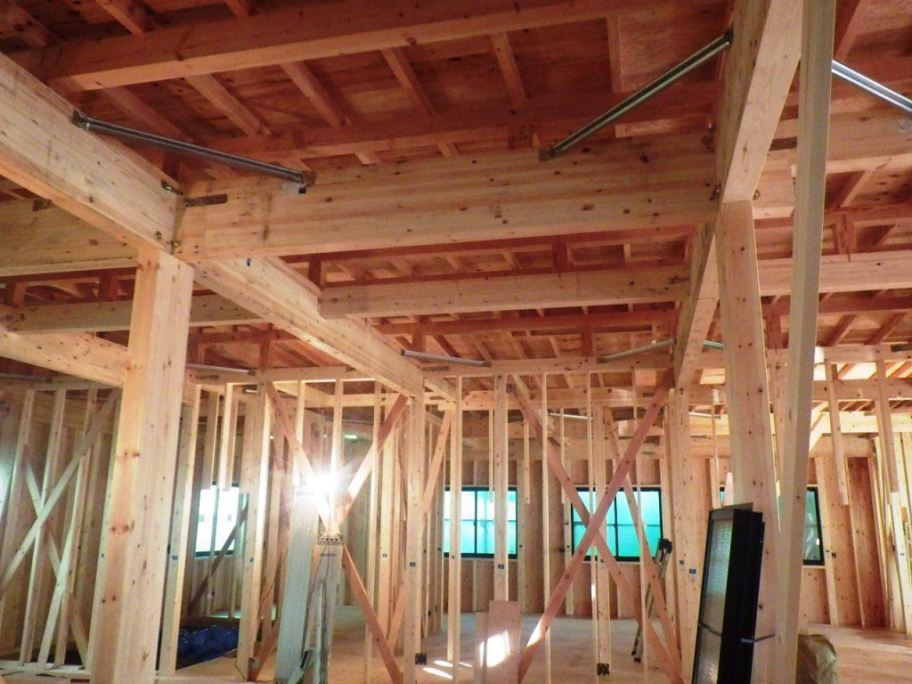 天井裏には、電気の配線や断熱材を敷いていきます。