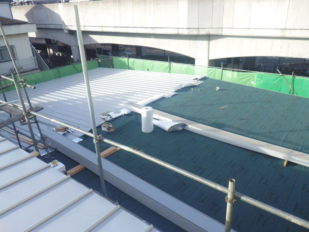 防水シートの上に屋根材を葺いています。