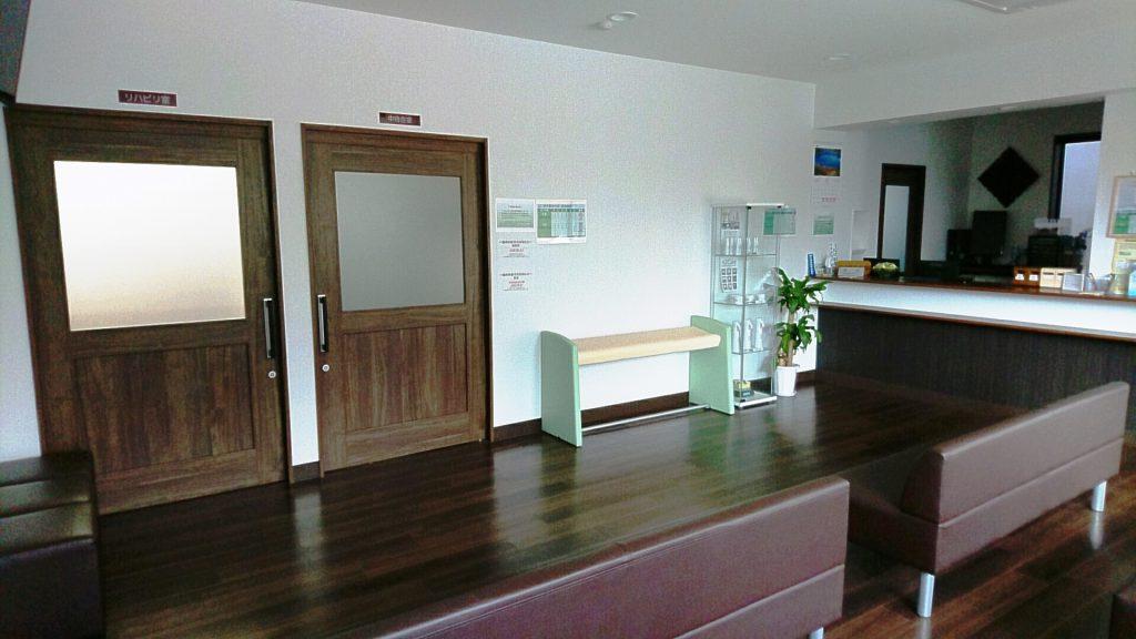 木の大きな扉がポイントの待合室