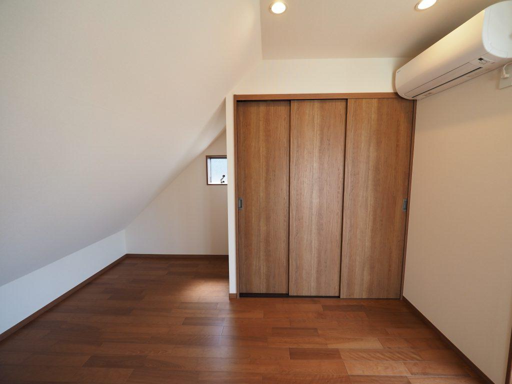 斜天井のこもり部屋の雰囲気に。