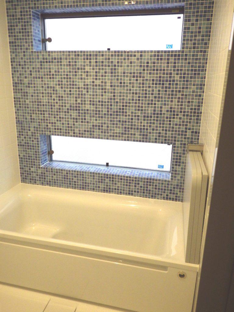 窓から明るい光が差し込む! タイルが爽やかな浴室を演出!