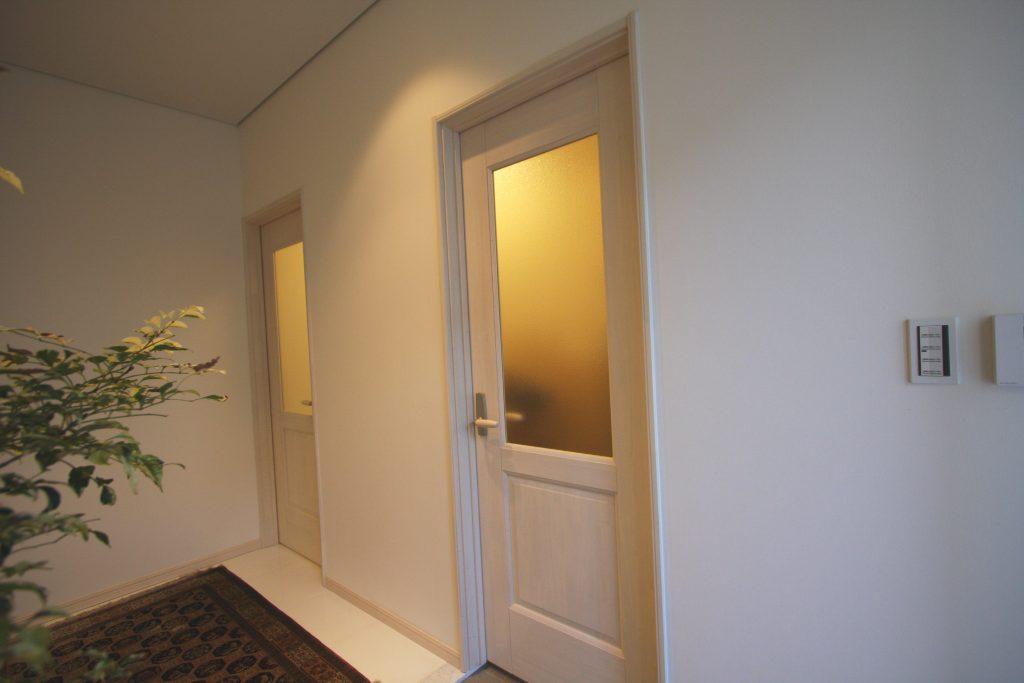 ホワイト調の扉でスッキリしたデザインにしました!