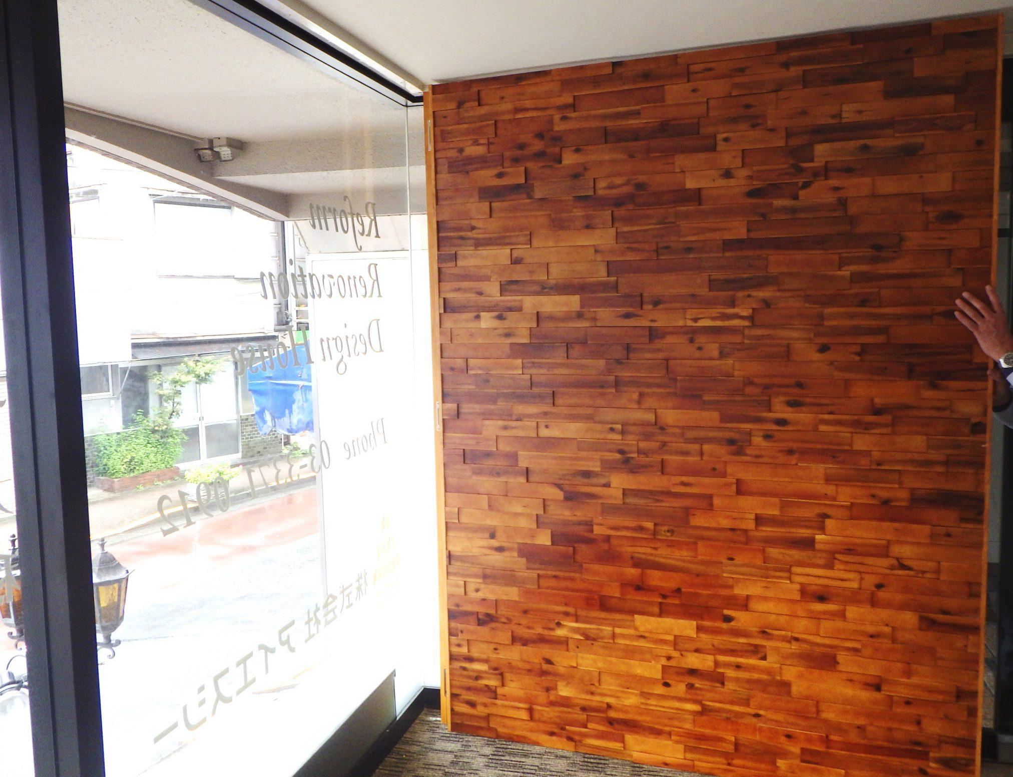壁に取り付ける木製のアクセントパネル