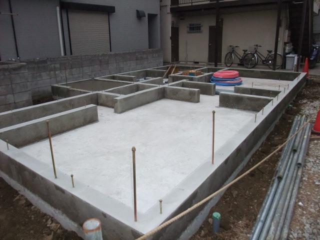 基礎が完成しました。長く伸びている棒は基礎と建物をつなぐ大事な役割。
