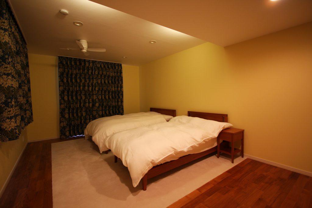 カーテンは落着いた色に、間接照明を使うことで、安らぎの空間へ