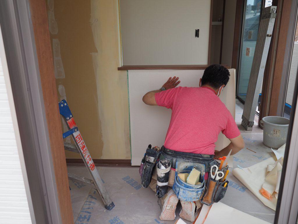 工事も終盤。クロス職人の田村さん。