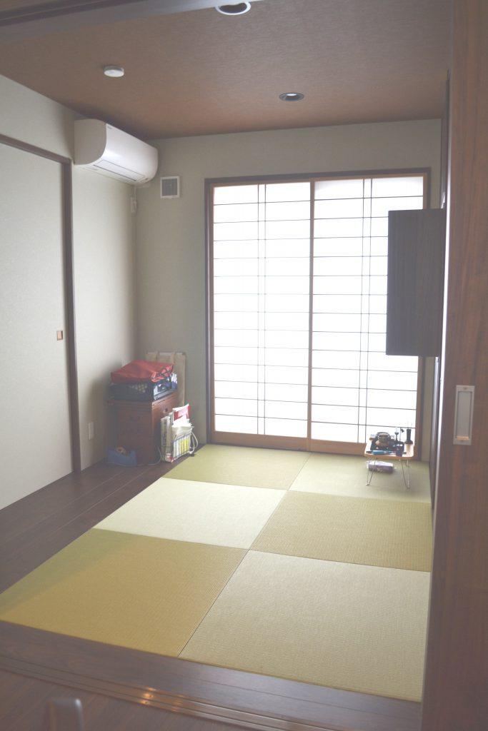 琉球畳の和室、木質感の引き戸