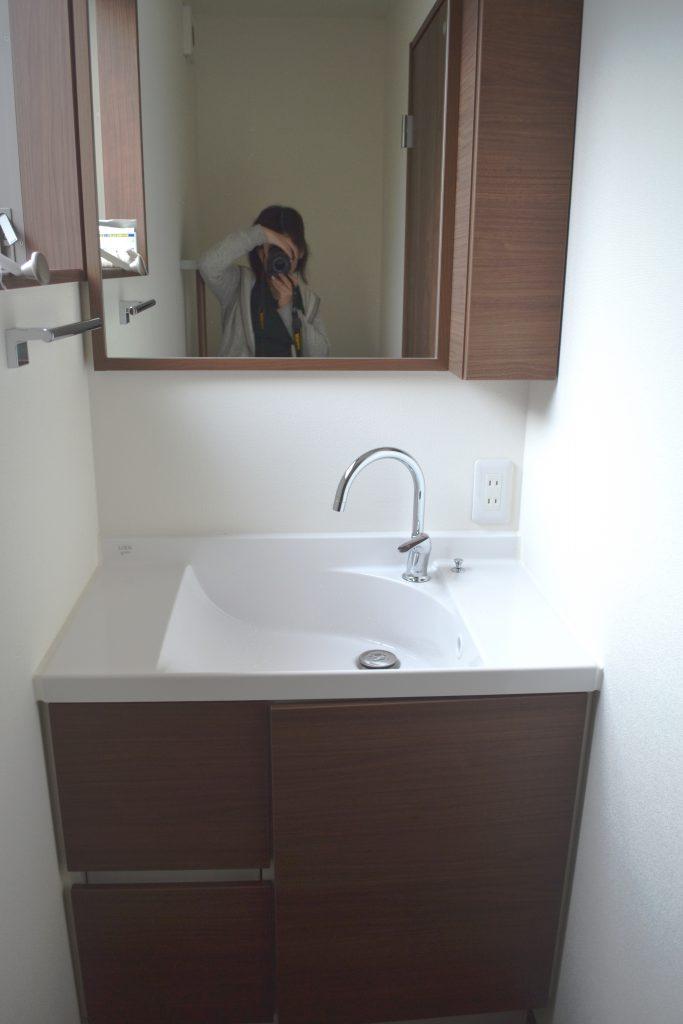シンプルな木目調の洗面所♪
