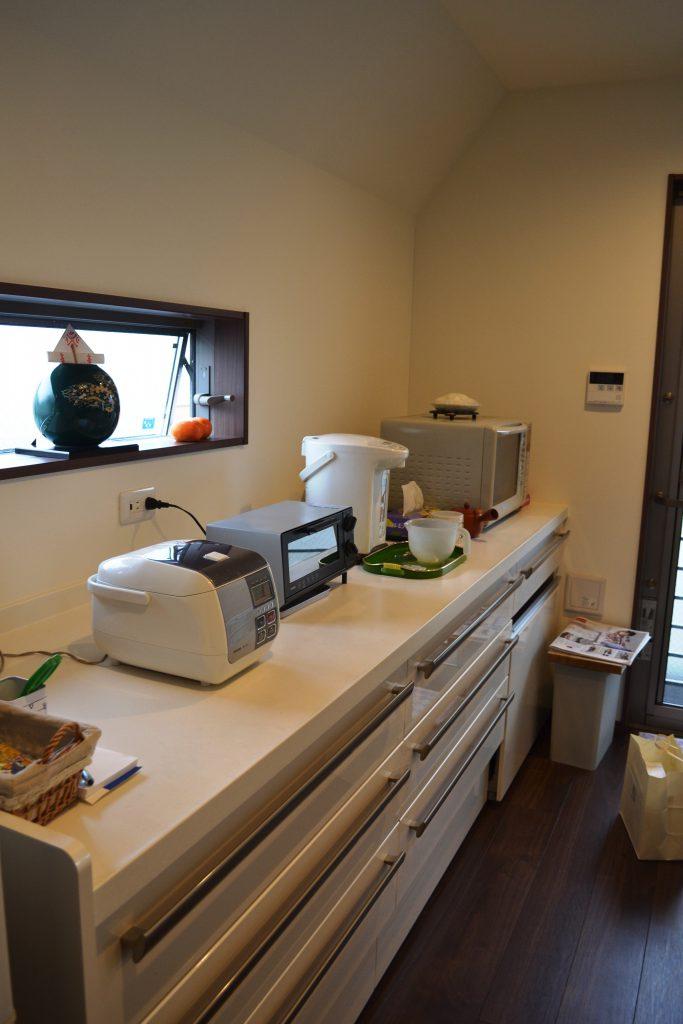 対面キッチン、家電収納とカウンターが付いて使いやすい