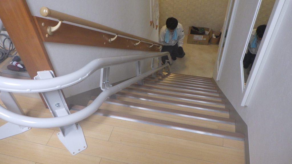 昇降機が通るレールを床と壁に固定していきます。