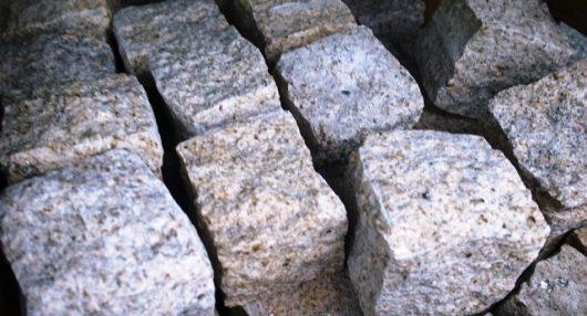 駐車場に使うピンコロ石の工事