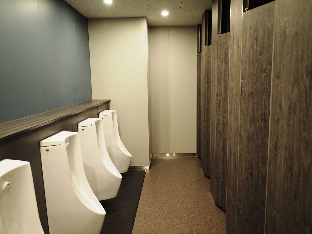 男子トイレは落ち着いた風合いに