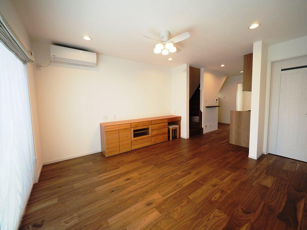 ウォルナットの床にチークの家具